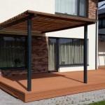 Įrengta terasa su pergolija